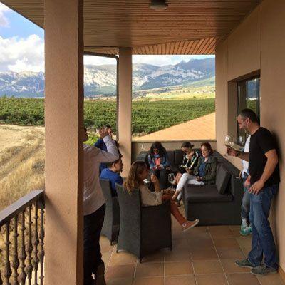 Momento de cata de vino en Bodegas Pujanza